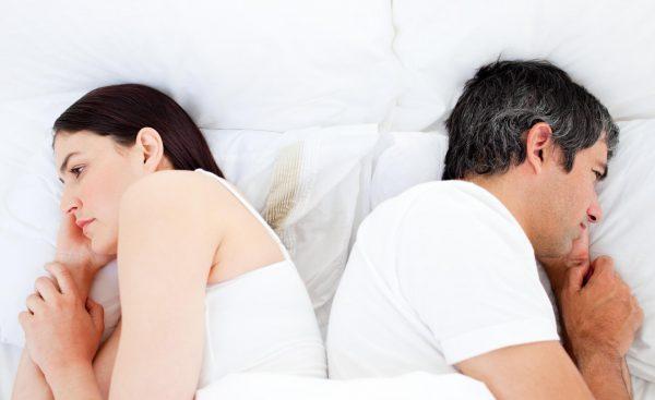 Мужчина и женщина лежат спиной друг к другу