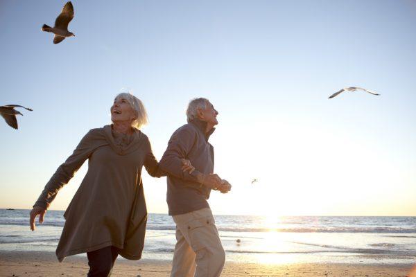Мужчина и женщина на берегу моря