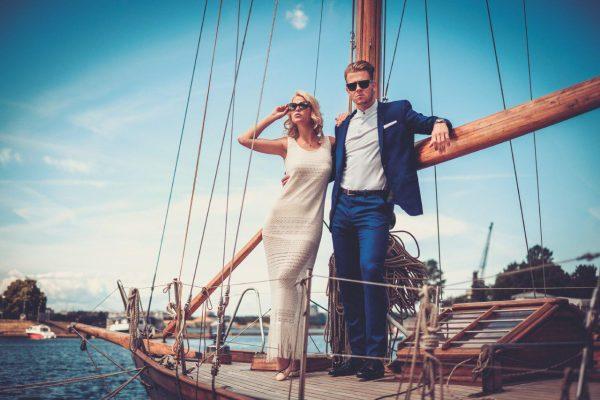 Мужчина и женщина на яхте