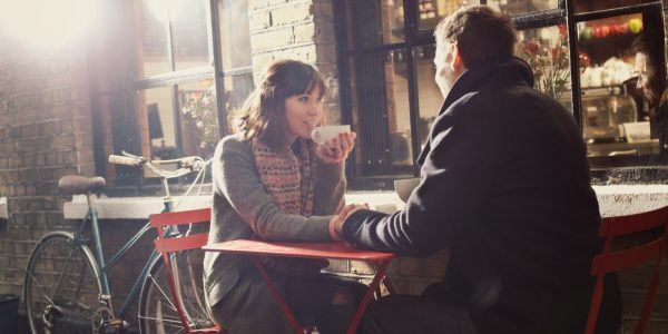 Мужчина и женщина в кафе