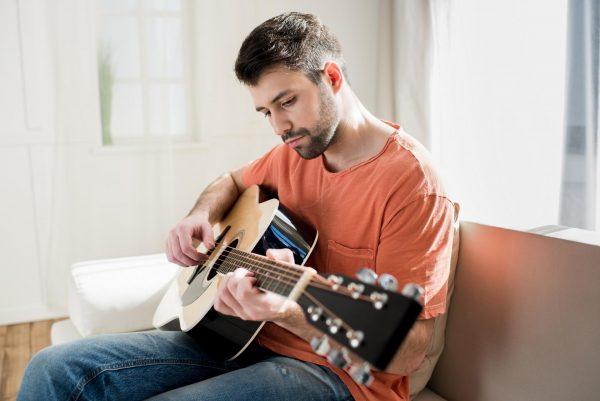 Мужчина играет на гитаре