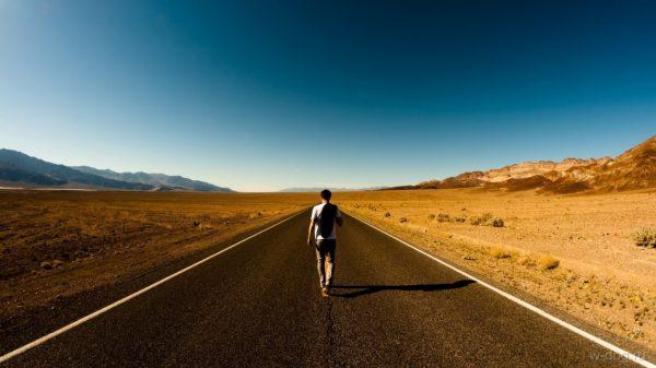 Мужчина на дороге