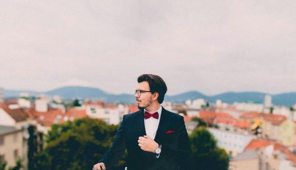 Мужчина на фоне города