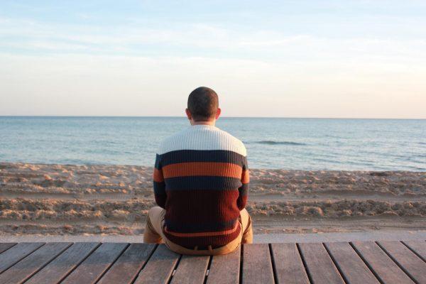 Мужчина на фоне моря