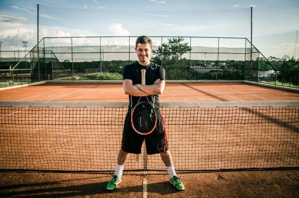 Мужчина на теннисной площадке