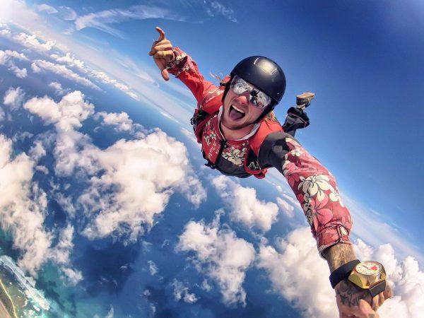 Мужчина прыгает с парашютом
