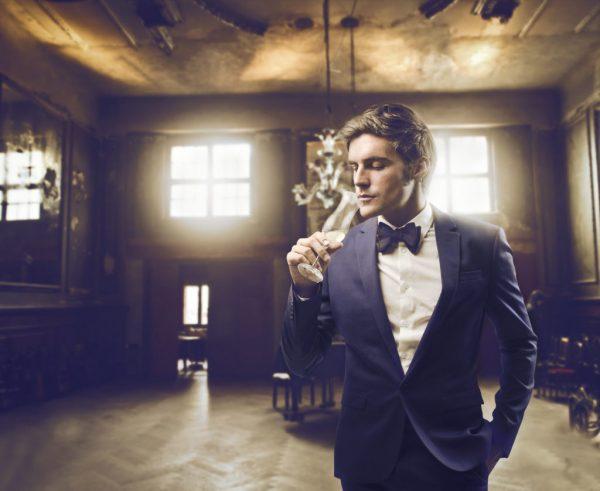Мужчина с бокалом шампанского