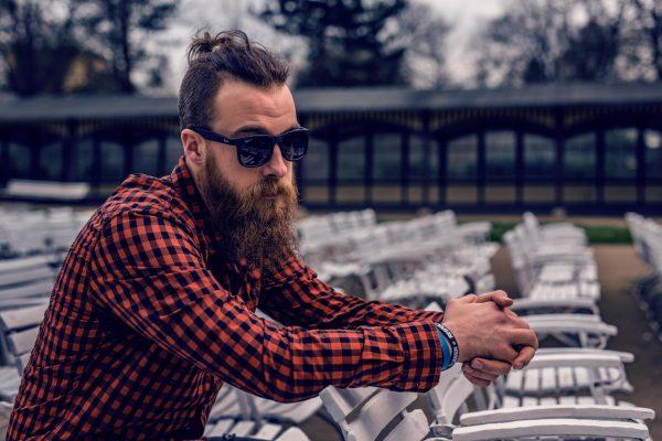 Мужчина с бородой в очках