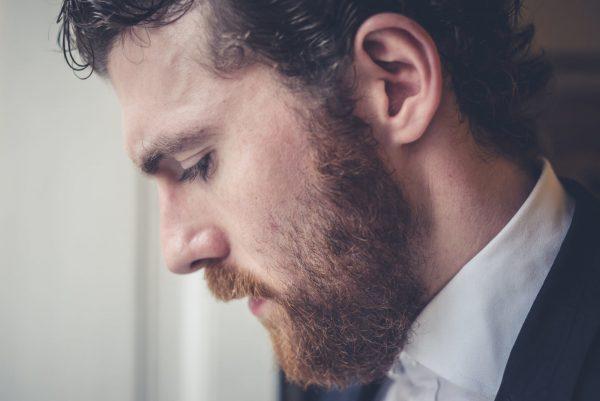 Мужчина с бородой в профиль