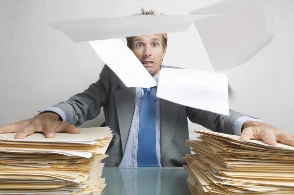 Мужчина с бумагами