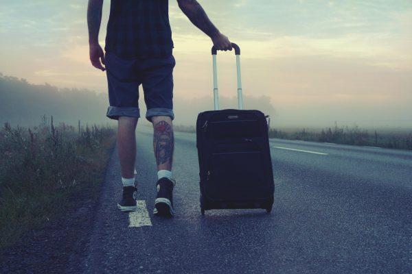 Мужчина с дорожным чемоданом