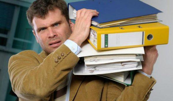 Мужчина с папками бумаг на плече