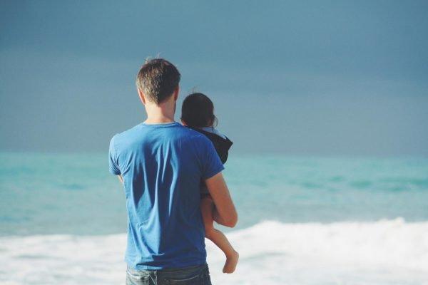 Мужчина с ребёнком на берегу моря