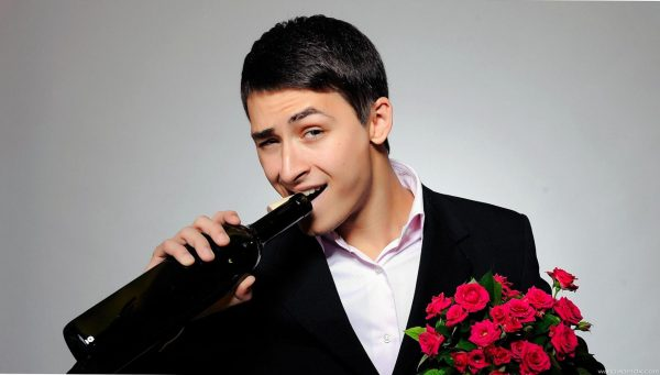 Мужчина с розами и вином