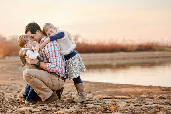 Мужчина с сыном и дочкой