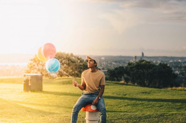 Мужчина с воздушными шариками