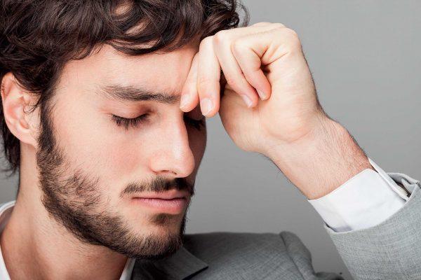Мужчина с закрытыми глазами
