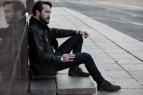 Мужчина сидит на ступеньках