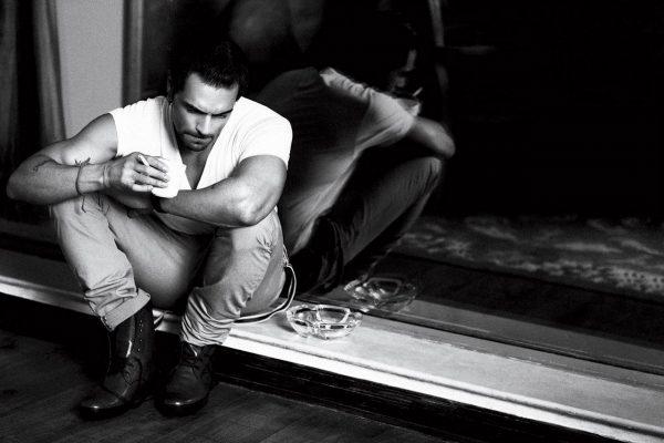 Мужчина сидит с чашкой в руках