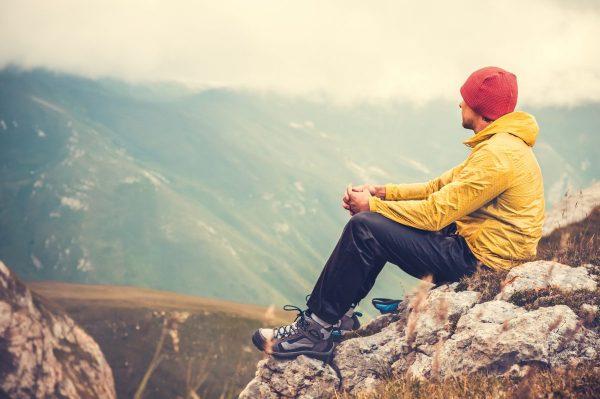 Мужчина смотрит на горы