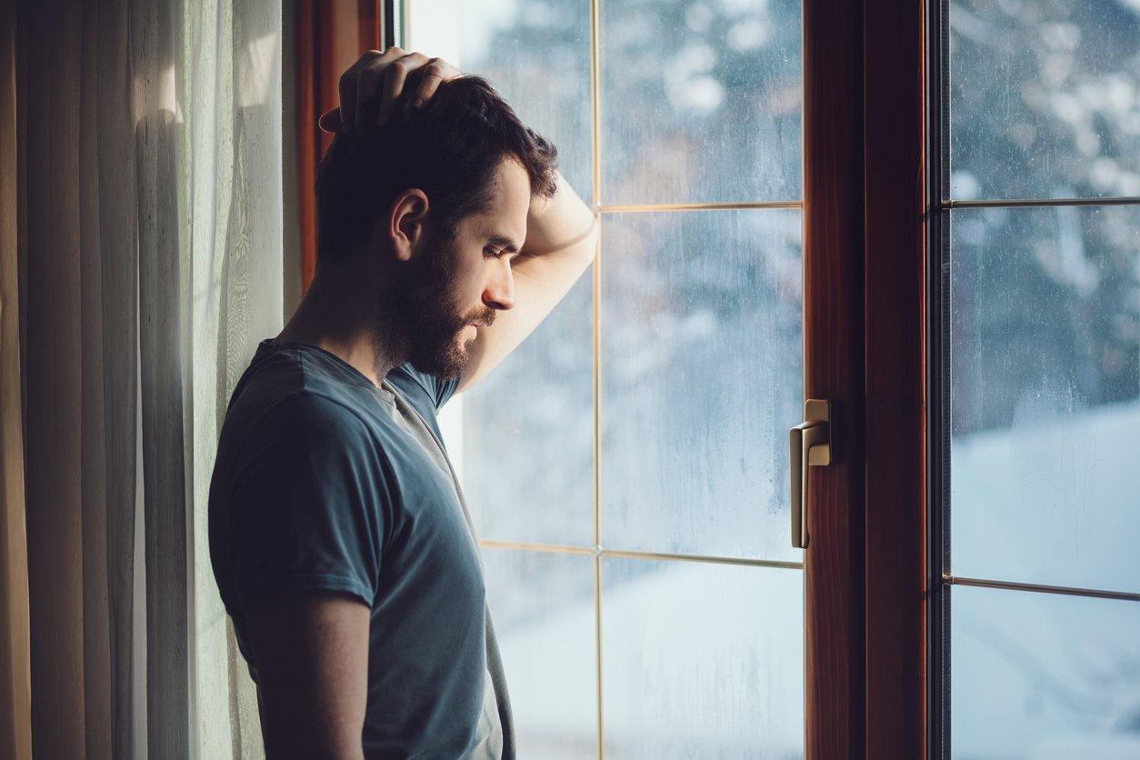 Фотосессии у окна мужчина