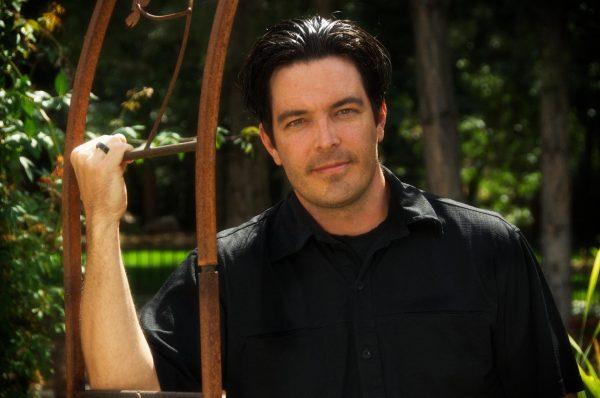 Мужчина в чёрной рубашке
