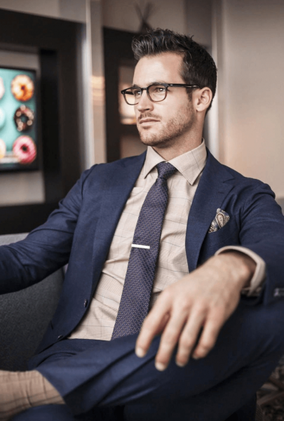 Мужчина в галстуке и костюме