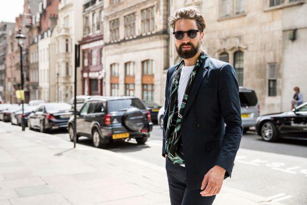 Мужчина в костюме и очках
