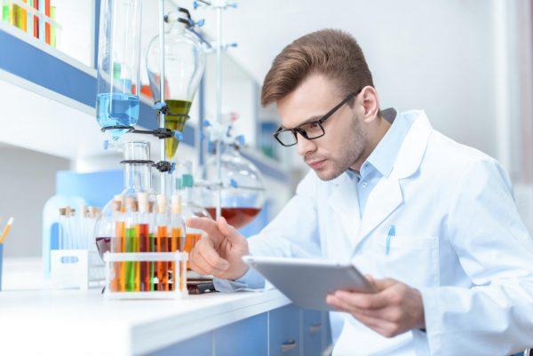 Мужчина в научной лаборатории
