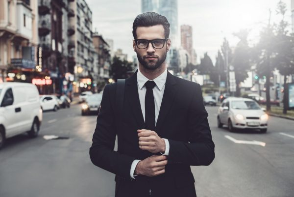 Мужчина в очках и костюме