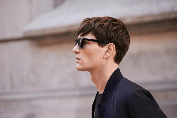 Мужчина в очках в профиль