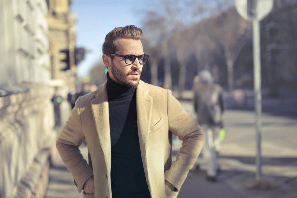 Мужчина в пальто и очках