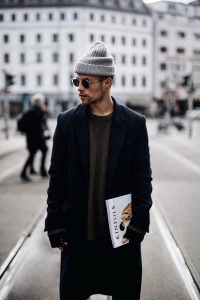 Мужчина в пальто и шапке на улице