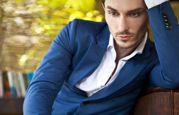 Мужчина в синем пиджаке