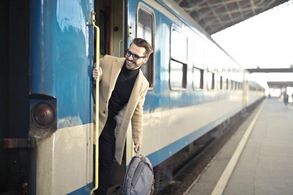 Мужчина выглядывает из вагона поезда