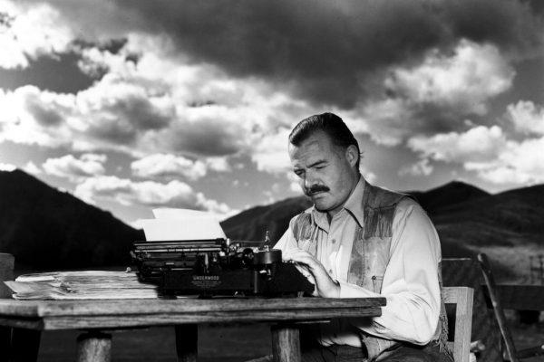 Мужчина за пишущей машинкой