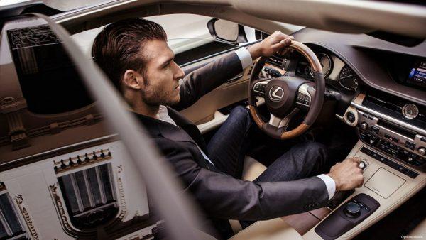 Мужчина за рулём автомобиля