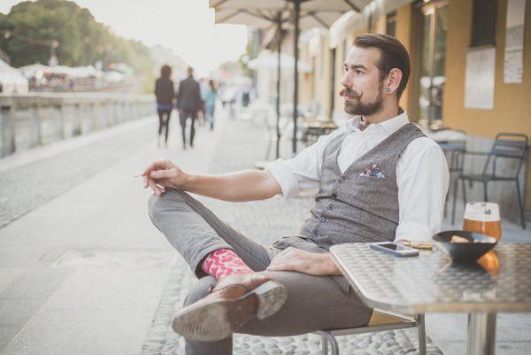 Мужчина за столиком уличного кафе