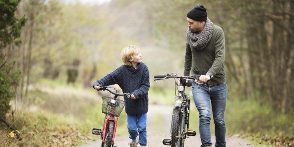 Папа и сын с велосипедами