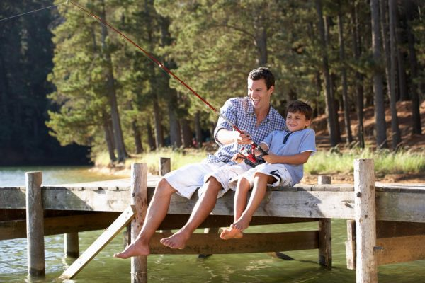 Папа с сыном на рыбалке