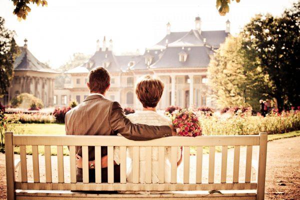 Пара на фоне дома