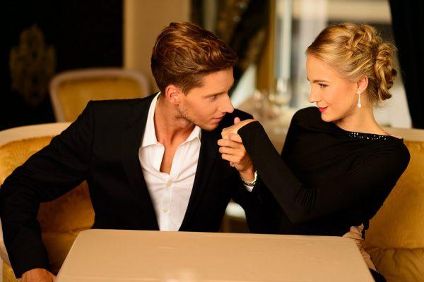 Парень целует руку женщине