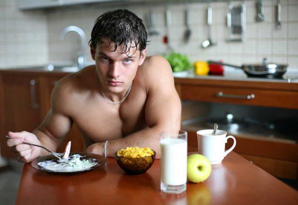 Парень ест здоровую пищу