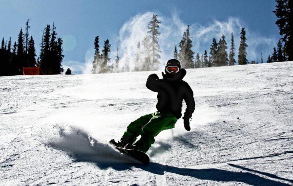 Парень на сноуборде