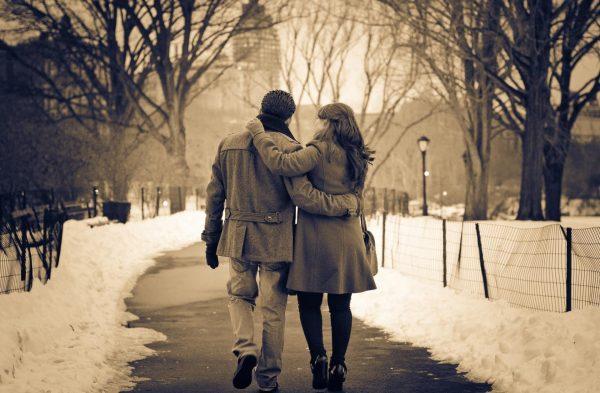Парень с девушкой прогуливаются по парку