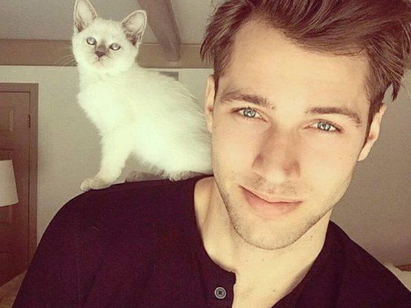 парень с котёнком