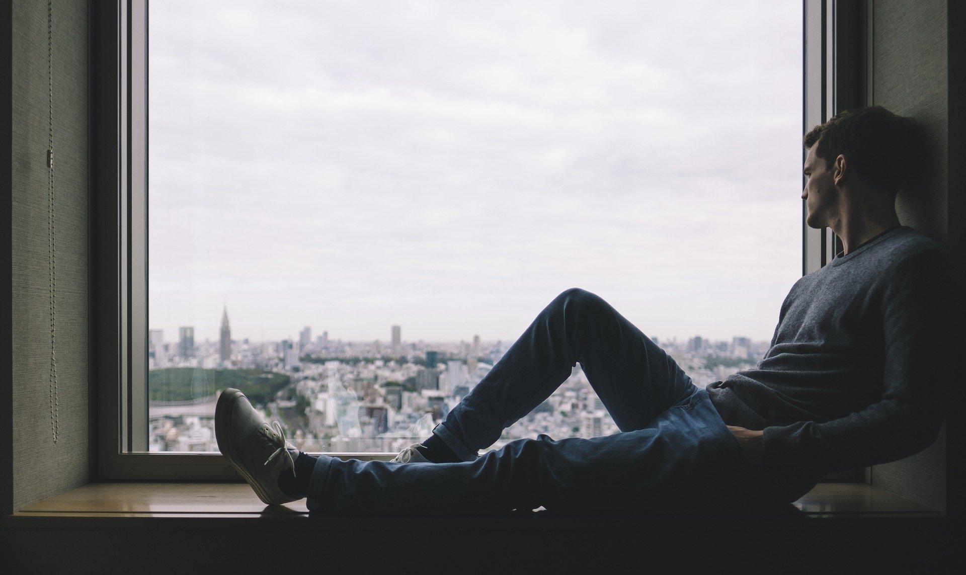 картинка сидящий мужчина у окна зову чекупила