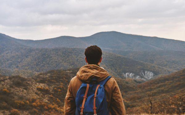 Парень смотрит на горы