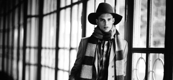 Парень в шарфе и шляпе