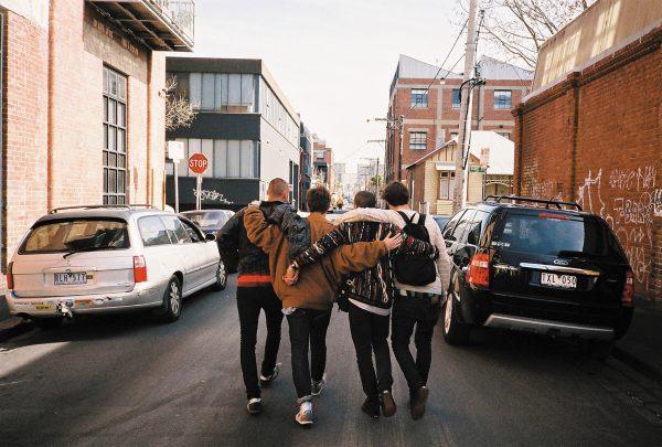 Парни идут по улице